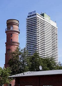 Maritim Travemünde und alter Leuchtturm